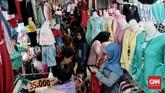 Para ibu memenuhi Pusat Grosir Cililitan, Jakarta, untuk berbelanja kebutuhan sandang saat momentum Hari Raya Idul Fitri. (CNN Indonesia/Andry Novelino)