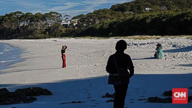Terdapat pantai pasir putih nan lembut di Pantai Greenfield dan Pantai Hyams, yang masuk dalam Taman Nasional Jervis Bay. Para turis bisa berenang di kedua pantai yang memiliki perairan cukup tenang tersebut.