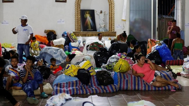 Sekumpulan pengungsi yang beristirahat berdesakandi posko pengungsian sementara di sebuha gereja Katolik, diEscuintla, Guatemala, Jumat (8/6). (REUTERS/Carlos Jasso)