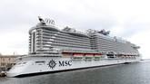 Kapal pesiar MSC Seaview terlihat di pelabuhan Genoa, Italia, Sabtu (9/6).(REUTERS/Massimo Pinca)