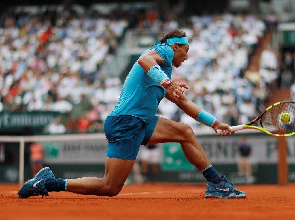 Nadal memang keluar sebagai juara usai mengalahkan Thiem straight set dengan skor 6-4, 6-3, 6-2. Namun, set pertama berlangsung ketat yang ditentukan usai mematahkan servis lawan di gim terakhir. (Foto: Gonzalo Fuentes/Reuters)