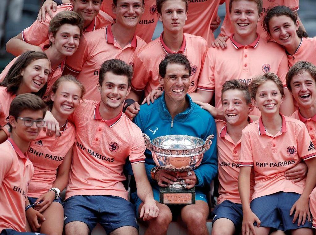 Suksesnya menjuarai Prancis Terbuka 2018 menambah koleksi titel Grand Slam Nadal menjadi 17. Nadal hanya terpaut tiga trofi dari peraih titel terbanyak Roger Federer (20). (Foto: Benoit Tessier/Reuters)