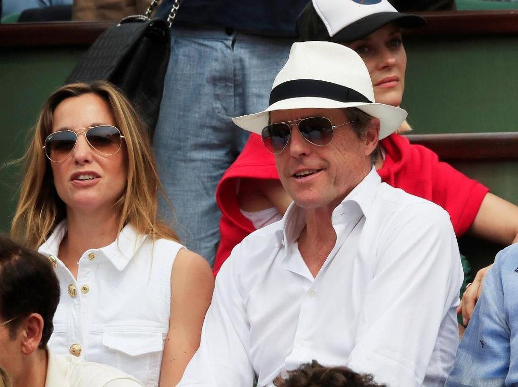 Dari kalangan artis, tampak aktor Inggris Hugh Grant menikmati aksi-aksi ciamik Nadal dan Thiem di atas lapangan bersama istrinya. (Foto: Gonzalo Fuentes/Reuters)