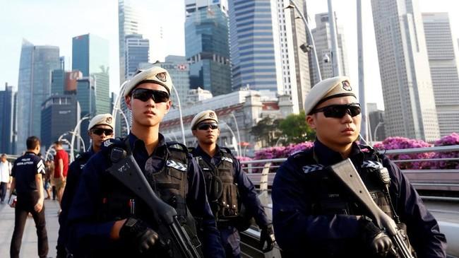 Kehadiran petugas polisi bersenjata lengkap seperti ini menjadi pemandangan jelang pertemuan Presiden Amerika Serikat Donald Trump dan Pemimpin Korea Utara Kim Jong-un. (REUTERS/Feline Lim)
