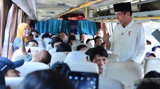 Naik ke Bus, Jokowi Doakan Pemudik Selamat Sampai Tujuan