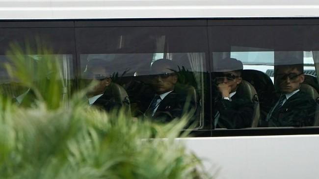 Dalam foto ini, tampak anggota delegasi Korut meninggalkan hotel St Regis menggunakan bus. (REUTERS/Athit Perawongmetha)