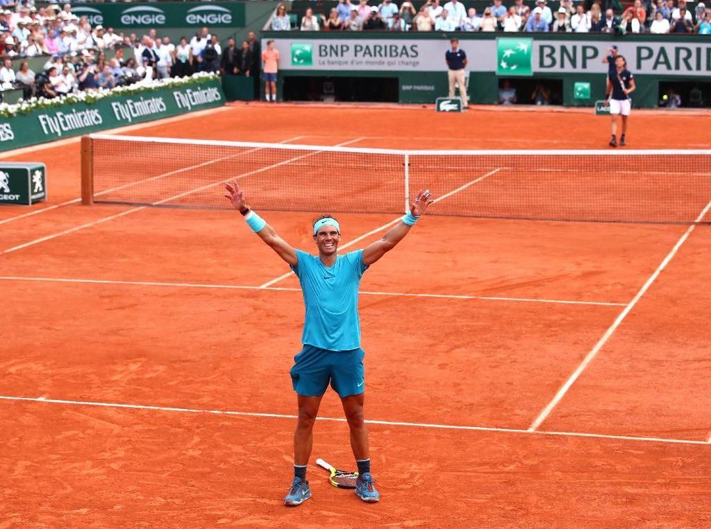 Kemenangan Nadal dipastikan di gim kedelapan. Setelah melalui dua match point, Nadal menyudahi perlawanan Thiem usai pukulan pengembalian lawan terlalu panjang dari garis belakang lapangan. (Foto: Clive Brunskill/Getty Images)