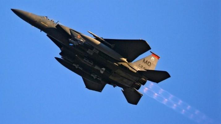 Pesawat tempur jenis F-15 milik Amerika Serikat (AS) jatuh di laut dekat Okinawa di sebelah selatan Jepang hari Senin pagi.