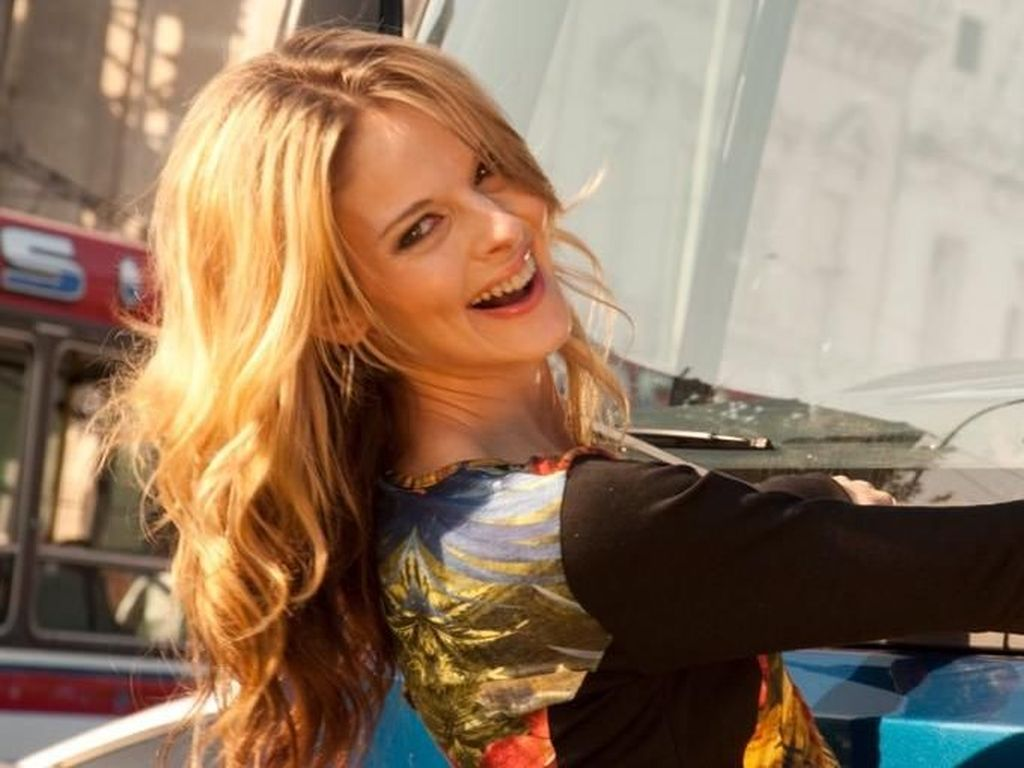 7 Potret Lisa Kelly, Sopir Truk Berparas Cantik Bak Model