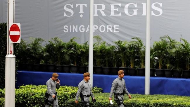 Dalam foto ini tampak anggota Kontingen Gurkha mengawal hotel St Regis, tempat Kim Jong-un menginap jelang pertemuan.(REUTERS/Tyrone Siu)