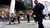 Berdasarkan pantauan CNNIndonesia.com, sejumlah petugas polisi sempat menahan beberapa tamu yang ingin masuk hotel saat Kim Jong-un tiba pada Minggu sore. (REUTERS/Feline Lim)