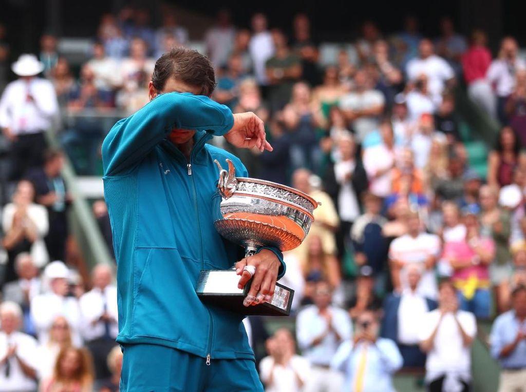 Nadal tak bisa menyembunyikan rasa harunya setelah memenangi Coupe de Mousquetaires untuk kesebelas kalinya sejak yang pertama pada 2005. (Foto: Clive Brunskill/Getty Images)