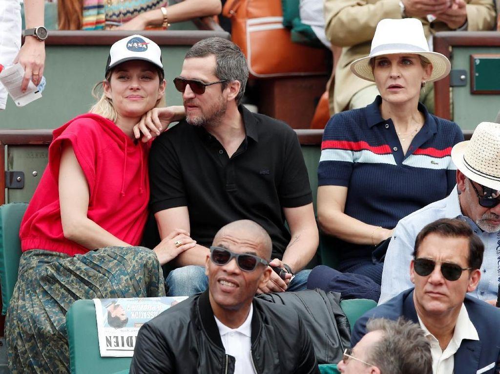 Aktris Prancis peraih Piala Oscar, Marion Cotillard tidak mau ketinggalan. Cotillard menonton pertandingan ditemani sang suami Guillaume Canet. (Foto: Benoit Tessier/Reuters)