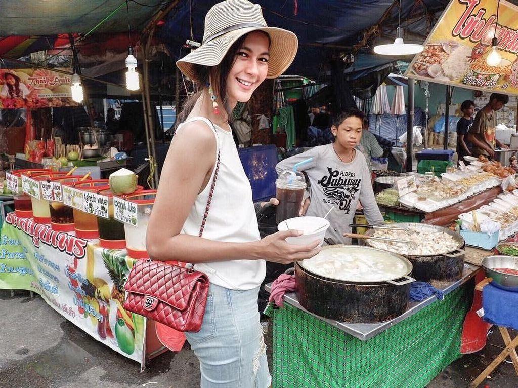 Saat tengah berada di Bangkok awal April lalu, wanita kelahiran Semarang ini tidak melewatkan street food di sana. Ia terlihat membeli semangkuk hidangan berkuah dan segelas minuman dingin. Foto: Instagram paula_verhoeven
