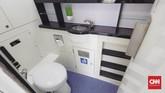 Fasilitas toilet di dalam gerbang kereta sleeper class mirip dengan yang tersedia di pesawat. (CNNIndonesia/Adhi Wicaksono)