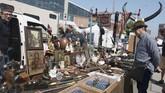 Kegiatan di pasar loak ini berlangsung sebulan sekali. Biasanya diadakan pada akhir pekan, hari Sabtu dan Minggu, dari jam 09.00 hingga 16.30.