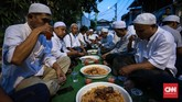Dalam tradisi di Kampung Arab, warga beramah-tamah ke semua rumah dan mencicipi hidangan. Tradisi itu sekaligus melambangkan toleransi dan silaturahmi yang terus dijaga. (CNNIndonesia/Safir Makki)