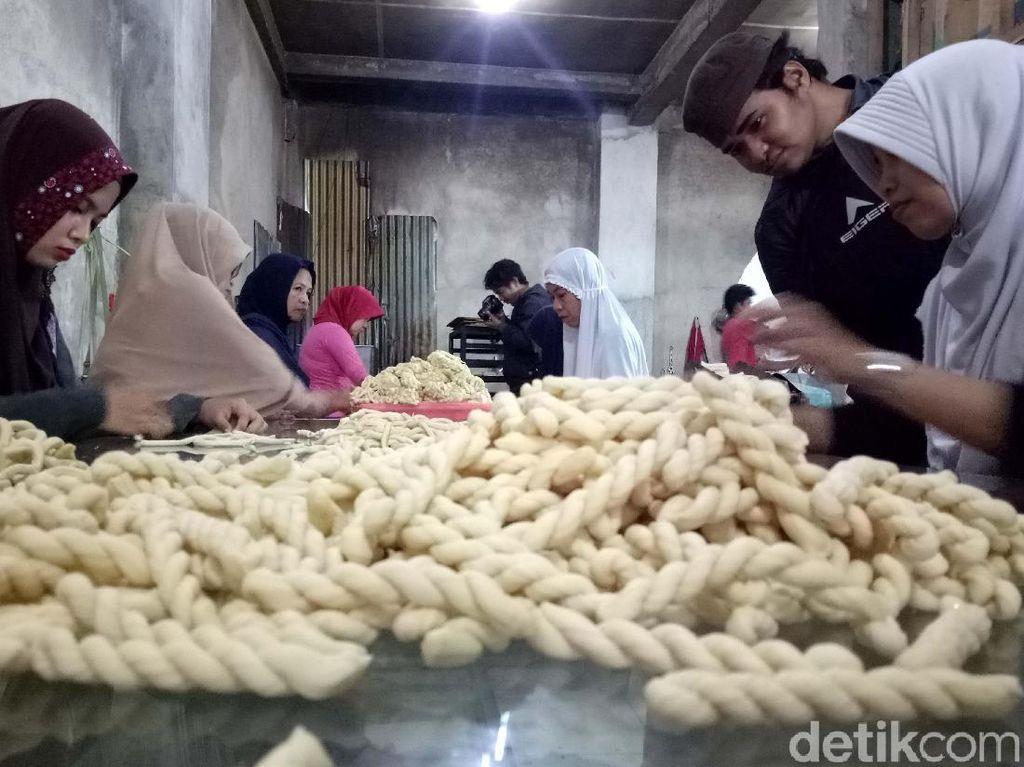 Dibantu istrinya, Elsa (50), dengan mempekerjakan 10 karyawan, Yusuf mampu mengolah 150 kilogram (kg) tepung terigu untuk dijadikan sebagai Kue Otere-otere. Padahal sebelumnya hanya membuat 80 hingga 100 kg tepung terigu untuk dijadikan sebagai kue kering otere.