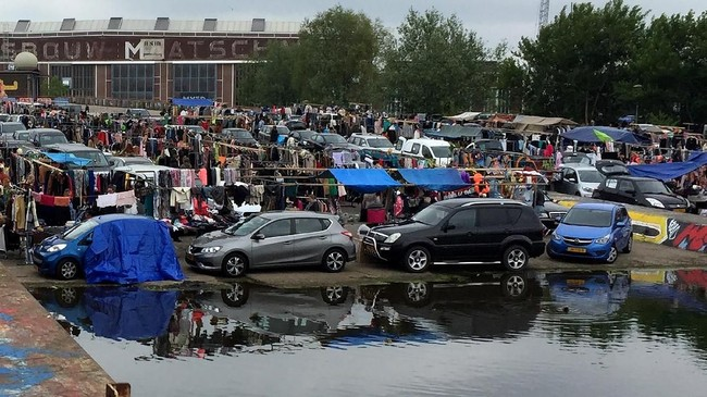 Suasana pasar loak IJ Hallen di Amsterdam, Belanda.