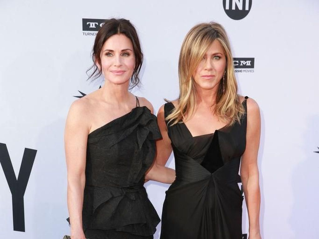 Foto: Adu Gaya Jennifer Aniston vs. Courteney Cox, Siapa Terbaik?