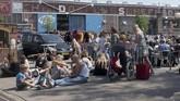 Pengunjung istirahat seraya makan dan minum di pasar loak IJ Hallen, Amsterdam, Belanda.