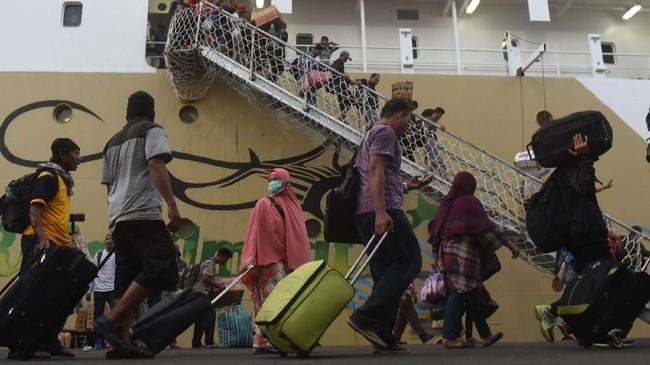 Setiap tahunnya jelang lebaran, warga berbondong-bondong pulang ke kampung halaman untuk berlebaran bersama keluarga besar. (ANTARA FOTO/Zabur Karuru/ama/18)