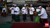 Tradisi itu sendiri sudah ada sejak tahun 1800-an. Bukan hanya warga sekitar, Kampung Arab juga diramaikan warga dari Kepulauan Seribu dan Bogor. (CNNIndonesia/Safir Makki)