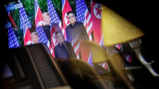 Pertemuan bersejarah antara Presiden AS Donald Trump dan Pemimpin Korea Utara Kim Jong-un ramai mendapatkan tanggapan dunia. (REUTERS/Jeenah Moon)
