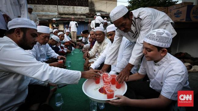 Sebelum azan maghrib, makanan minuman disajikan kepada jamaah yang hadir. Es sirup kelapa muda, buah kurma sebagai penambal dahaga sebelum makan besar. (CNNIndonesia/Safir Makki)