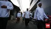 Warga keturunan arab berdatangan ke Masjid Azzawiyah, Pekojan, Jakarta. Di kawasan Pekojan ini memang banyak ditemui masjid bersejarah. Masjid-masjid itu merupakan peninggalan warga keturunan Hadramaut (Yaman), Arab, dan India, yang banyak tinggal di kawasan itu. (CNNIndonesia/Safir Makki)