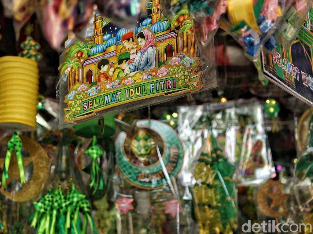 Menurut pedagang, menjelang Hari Raya Idul Fitri penjualan pernak-pernik Lebaran meningkat.