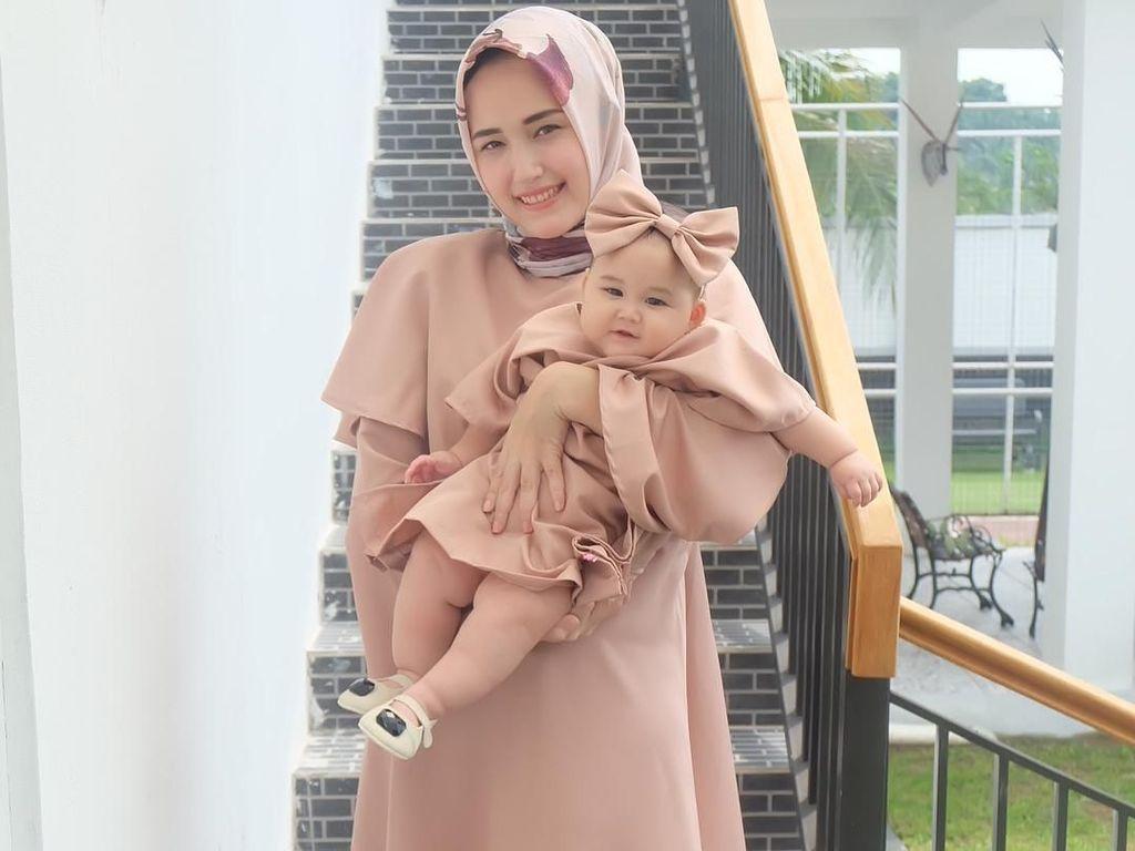 Gaya Kompak Istri Pasha Ungu Bareng Anak, Baju hingga Mukena Seragam