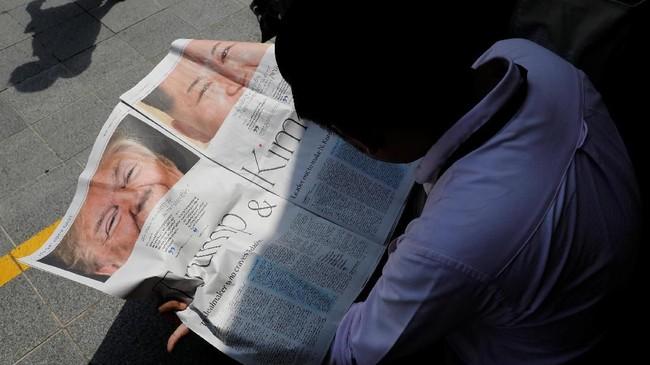 Pertemuannya menghiasi surat kabar di seluruh dunia, memastikan tak ada sedikitpun berita yang terlewatkan. (REUTERS/Tyrone Siu)