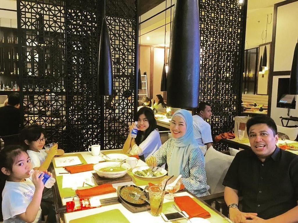 Lewat instagram pribadinya @arohali, perempuan yang kini berhijab ini sering memposting foto makan bersama keluarga. Seperti momen makan keluarga ini. Ternyata ini diambil saat berbuka puasa beberapa tahun lalu. Foto: instagram @arohali