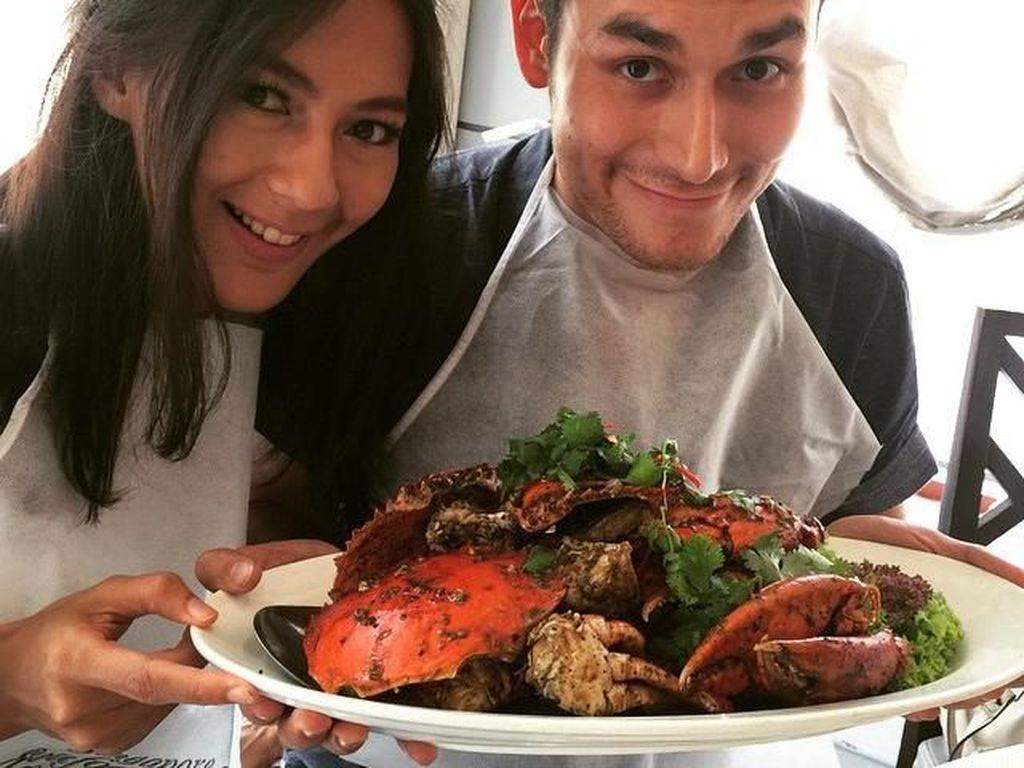 Ternyata Paula memang dekat dengan beberapa selebriti. Kali ini ia makan sajian kepiting berukuran cukup besar bersama Arifin Putra. Foto: Instagram paula_verhoeven