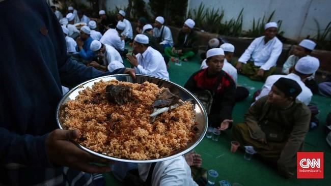 Makanan berbuka puasa tak hanya datang dari warga kampung arab saja, Sumbangan dari habib dan jamaah pun mengalir. (CNNIndonesia/Safir Makki)