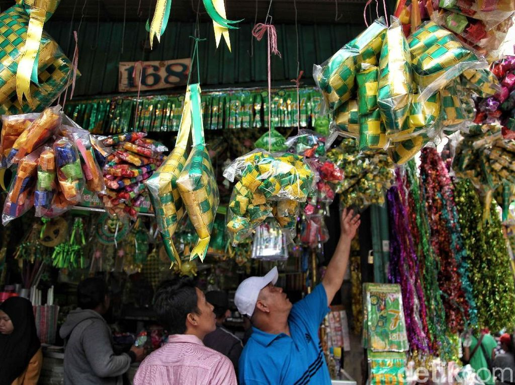 Harga pernak-pernik Lebaran itu dibandrol dari Rp10.000 - Rp25.000 per buahnya.