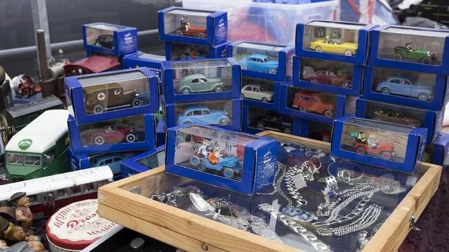 Aneka mobil-mobilan yang dijual di pasar loak IJ Hallen, Amsterdam, Belanda.