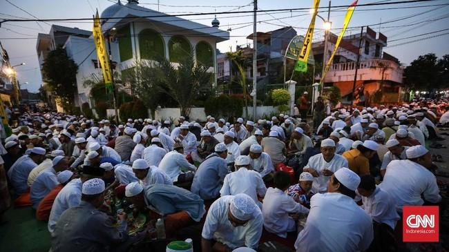 Banyaknya jamaah yang hadir untuk berbuka puasa hingga meluap ke jalanan. Antusias jamaah dan warga hadir setahun sekali untuk bersilaturahmi dan khataman al quran. (CNNIndonesia/Safir Makki)