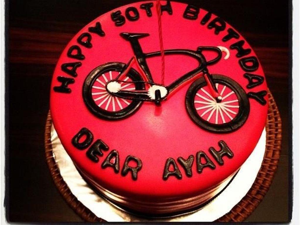 Nah kalau kue merah bergambar sepeda ini khusus diberikan Alya buat suami tercinta. Selain gambar sepeda, kue ini juga bertuliskan Happy Birthday Dear Ayah. Duh so sweet. Foto: instagram @arohali