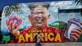 Di akhir pertemuan, Trump dan Kim menandatangani dokumen yang berisi sejumlah kesepakatan. (REUTERS/Mike Bake)