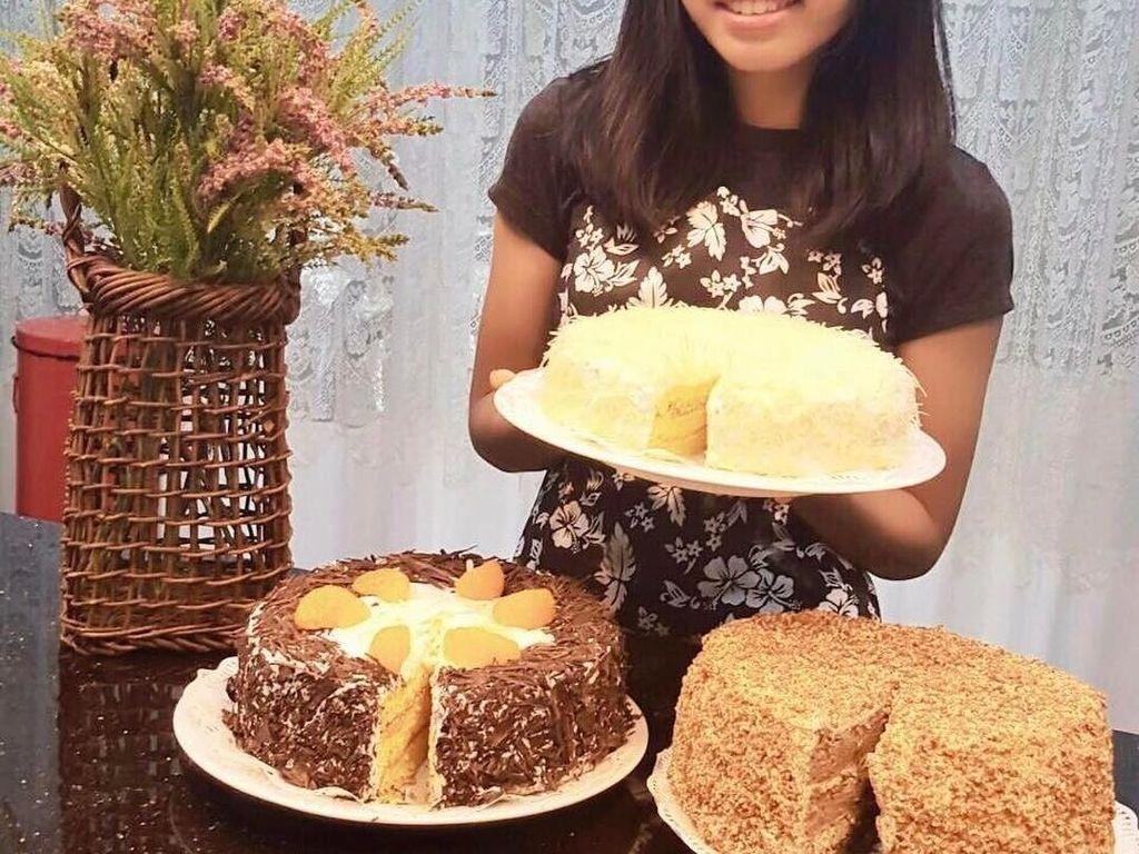 Putri sulung Alya ternyata hobi masak. Lihat nih posenya saat memamerkan kue buatan sendiri. Enaknya! Foto: instagram @arohali