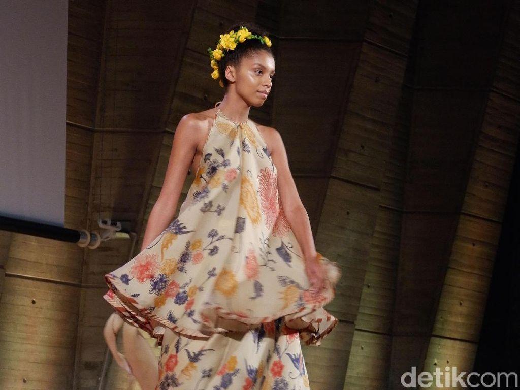 Inspirasi Batik di Gaun Pengantin Kasual Karya Edward Hutabarat