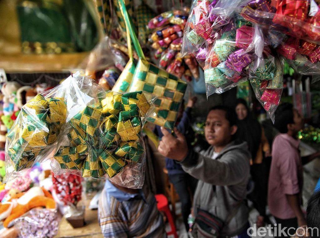 Sejumlah warga membeli pernak-pernik Lebaran di salah satu toko Pasar Asemka, Jakarta Barat, Selasa (12/6).