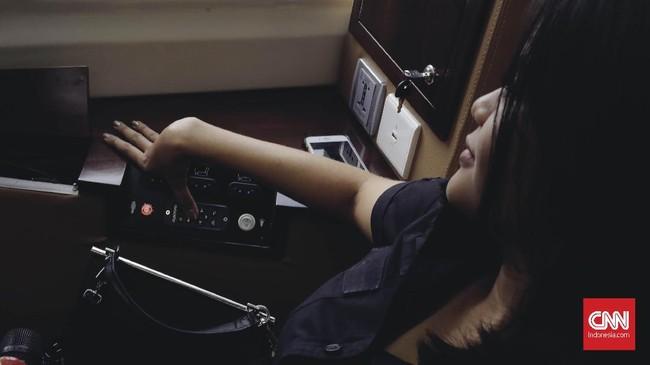 Ada pula fasilitas kursi yang dapat direbahkan 170 derajat secara elektrik dan sambungan USB. (CNNIndonesia/Adhi Wicaksono)