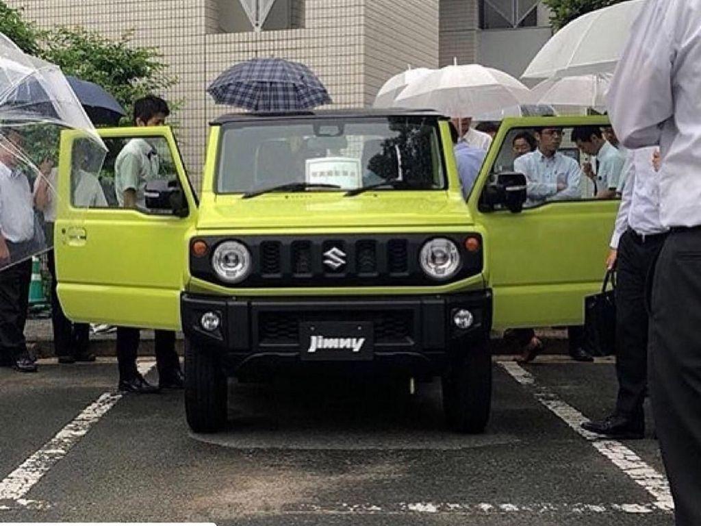 Tampang Suzuki Jimny terbaru sendiri cukup mengalami ubahan dari model sebelumnya. Bahkan ada yang mengatakan modelnya mirip Land Rover Defender, Jeep Wrangler, dan Mercedes G-Class dengan ukuran yang lebih mungil. Foto: Carscoops