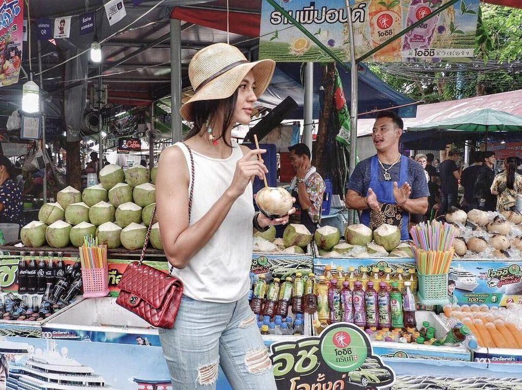 Masih berada di Chatuchak Weekend Market, Thailand, kali ini ia membeli kelapa bakar. Foto: Instagram paula_verhoeven