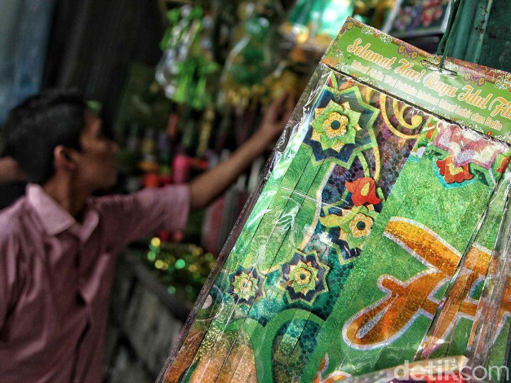 Pernak pernik seperti ketupat plastik dan desain gambar bermotif dan bertuliskan Selamat Hari Raya Idul Fitri banyak diminati warga untuk membuat hiasan dalam menyambut Lebaran.
