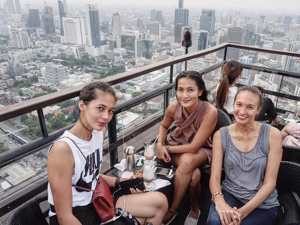 Ternyata model tinggi semampai ini dekat dengan Nadine Chandrawinata. Mereka sedang makan di salah satu restoran di Bangkok, Thailand. Foto: Instagram paula_verhoeven