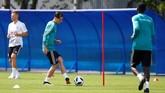 Gelandang Mesut Oezil melakukan operan dalam latihan pertama timnas Jerman jelang Piala Dunia 2018 di Rusia. Dalam latihan itu skuat timnas Jerman di bagi dua, tim dengan seragam hijau dan tim dengan seragam putih. (REUTERS/Axel Schmidt)